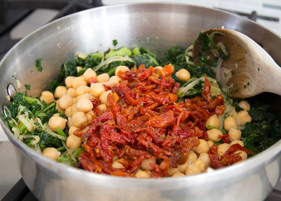 Pantry pasta with kale, chickpeas and sun dried tomatoes from Kiwiandbean.com
