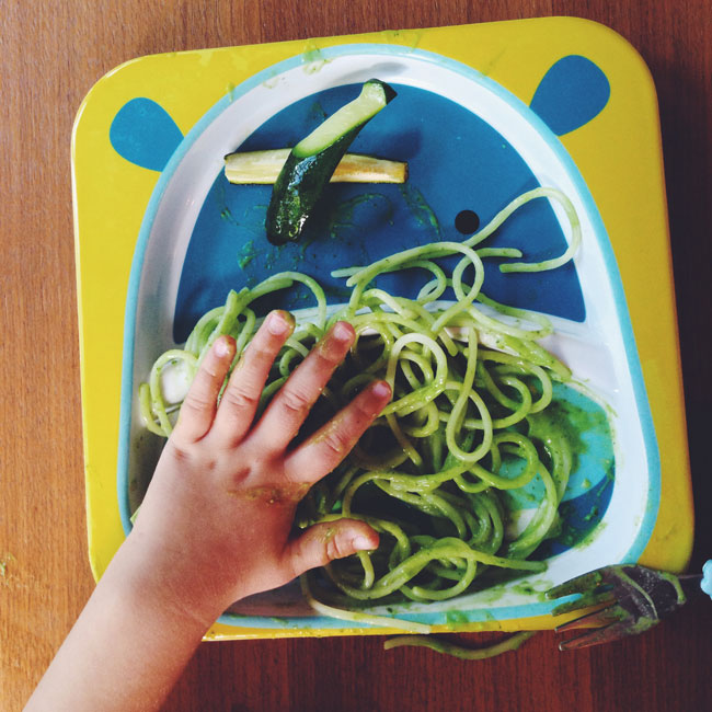 Pasta With Spinach Avocado Pesto | www.kiwiandbean.com